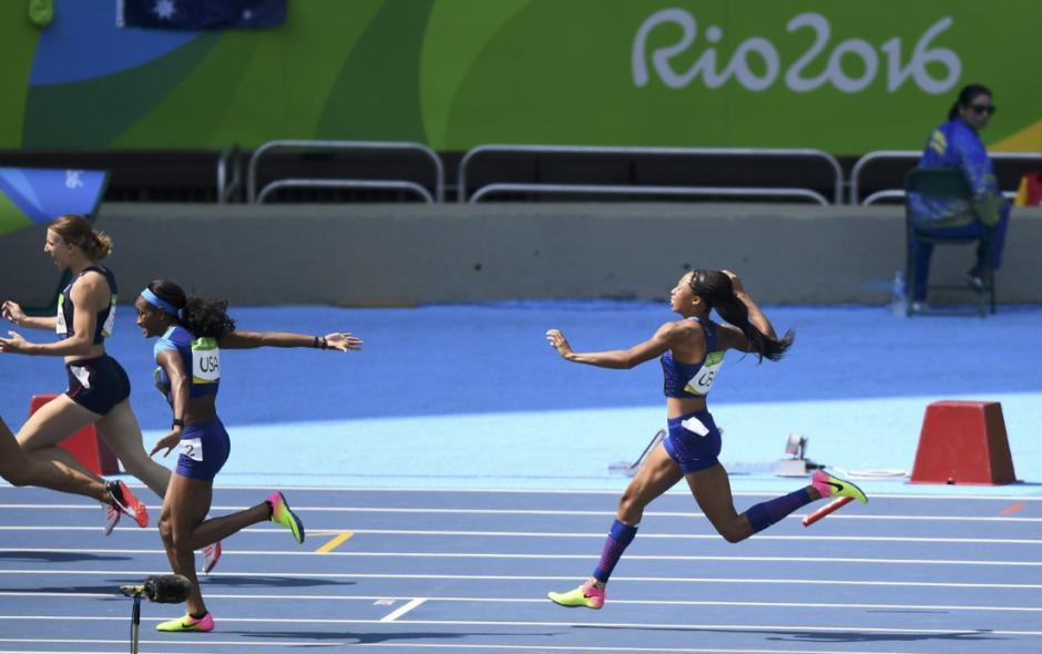 El error de las competidoras al momento de entregar el testigo. (Foto: EFE)