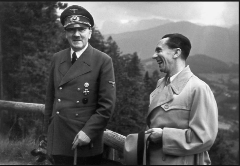 Adolfo Hitler y Goebbels captados antes de dar un informe de guerra. (Foto: cincodays.com)