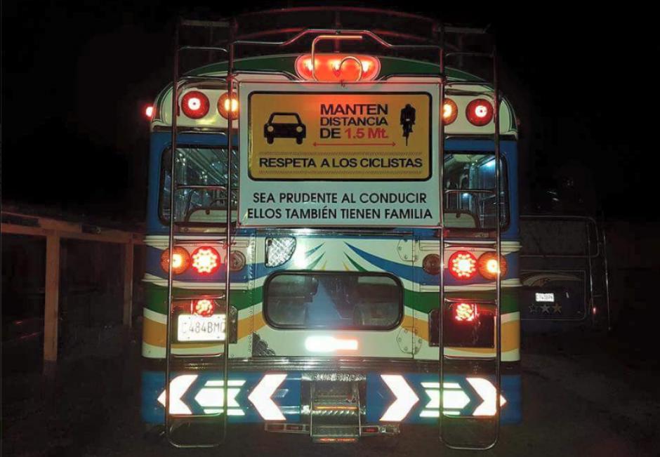 Una curiosa campaña colocada en varios buses quiere evitar más tragedias. (Foto: Facebook/Bicicletas Blancas)