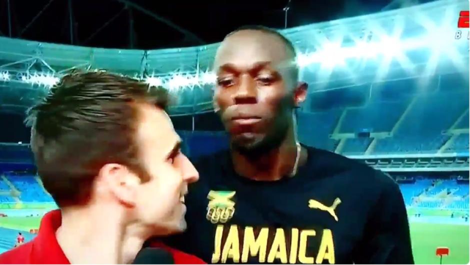 El periodista lo observa de reojo y Bolt se hace el desentendido. (Foto: Captura YouTube)