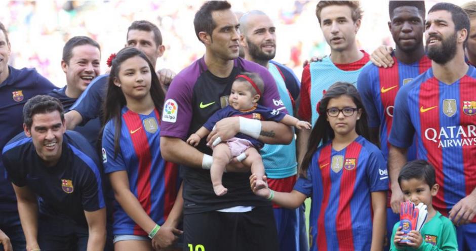 Esta es la imagen de Bravo con sus hijos antes del partido. (Foto: Pep Morata/Mundo Deportivo)