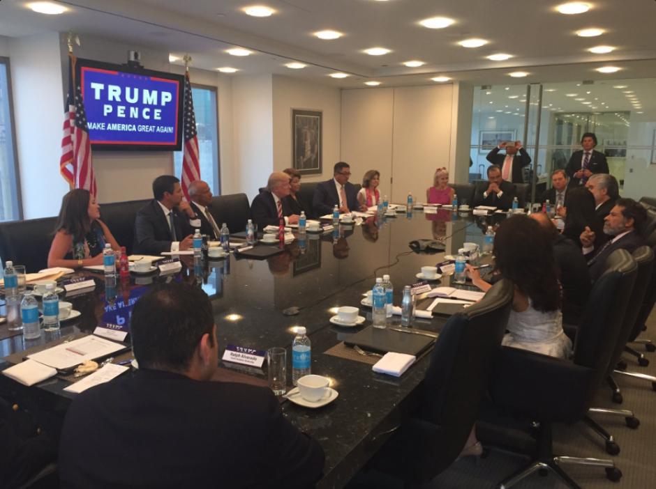 La reunión de Donald Trump con el Consejo Nacional Hispano de Asesoramiento. (Foto: Twitter, @ChrisSndynerFox)