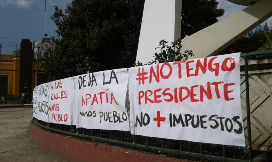 Colocaron diferentes carteles alrededor del parque de Cobán. (Foto: Twitter, Noticias La Masa)