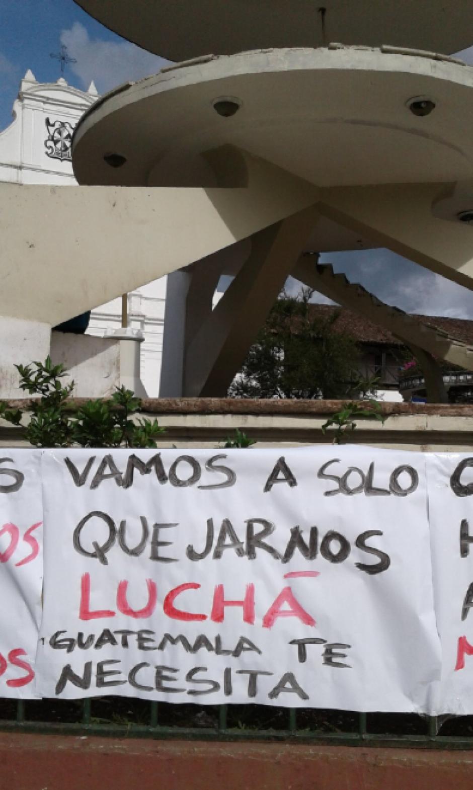 Varios pobladores de Cobán se ubicaron en el parque central. (Foto: Twitter, Noticias La Masa)