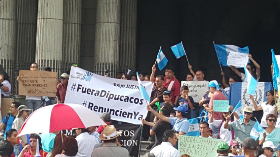 ¡No más impuestos! es una de las consignas que más gritan los manifestantes. (Foto: Twitter, Renuncia Ya)