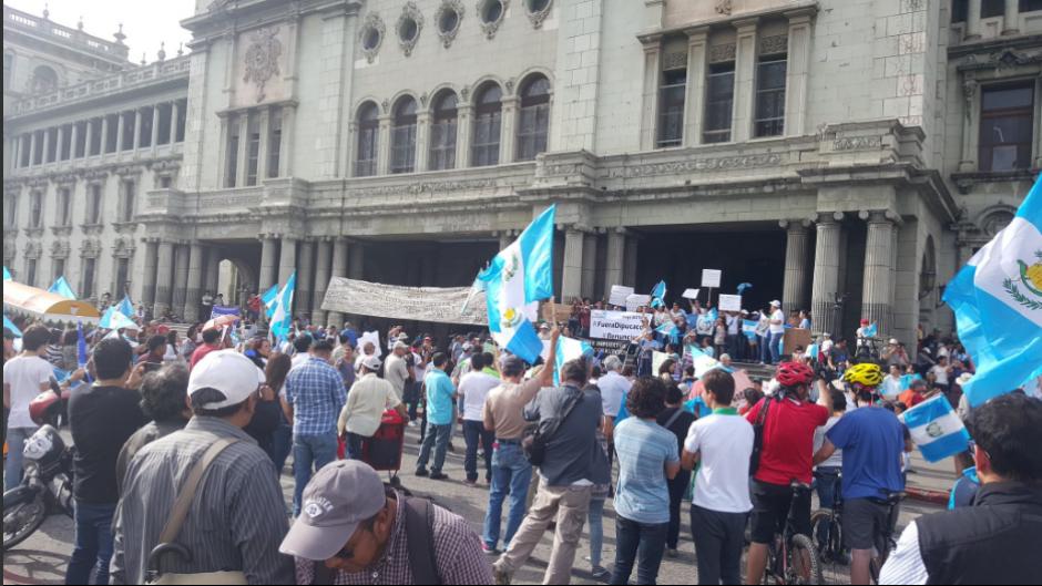 Varios guatemaltecos se volvieron a unir en la Plaza de la Constitución para manifestar en contra de los impuestos. (Foto: Twitter, Anonymous)