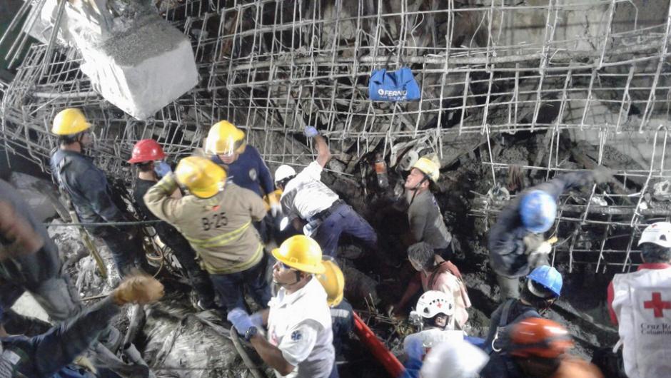 Las autoridades rescataron a más de 20 personas heridas. (Foto: bluradio.com)