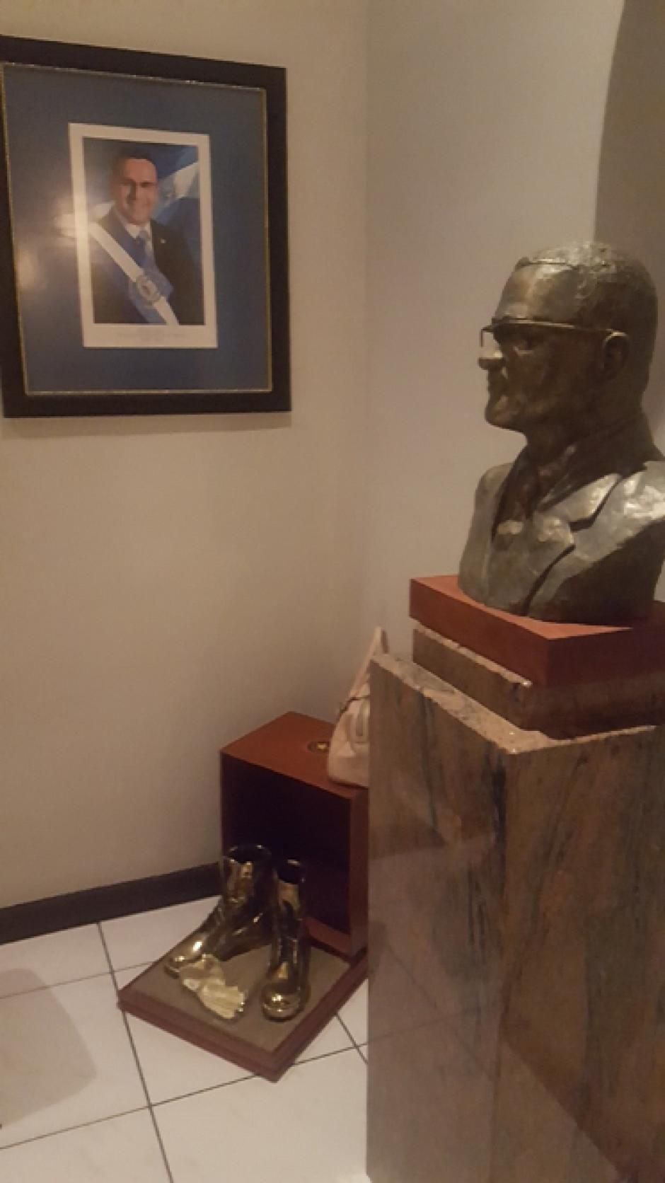 Un busto con su rostro se halló en una de las habitaciones. (Foto: Twitter, @FGR_SV)