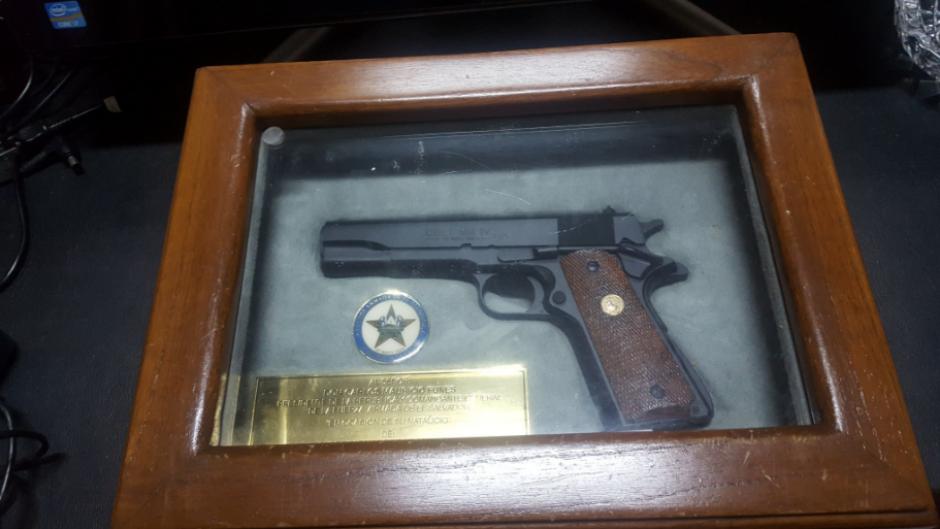 Esta es otra de las armas de fuego encontradas dentro de su propiedad. (Foto: Twitter, @FGR_SV)