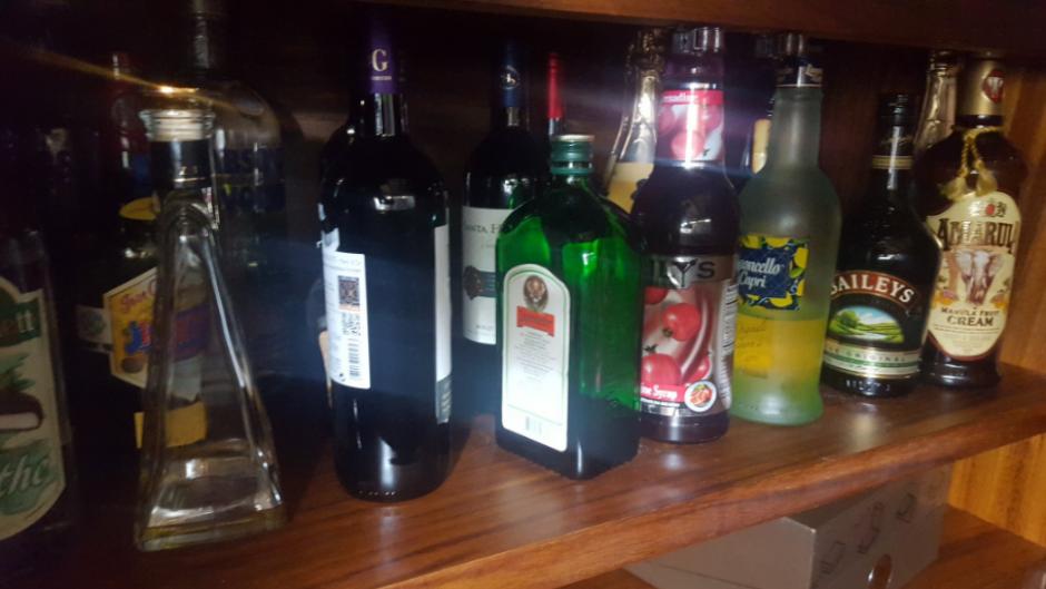 También encontraron botellas de licor. (Foto: Twitter, @FGR_SV)