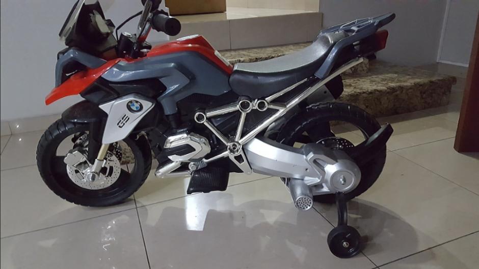 Una moto BMW se encontró estacionada en el parqueo de la vivienda del exmandatario. (Foto: Twitter, @FGR_SV)