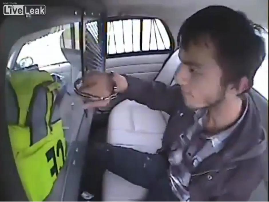 El chico golpea el acrílico que divide a los agentes de los detenidos. (Captura Youtube)