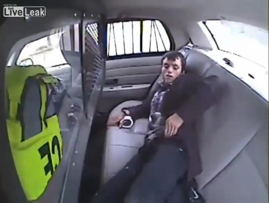 El hombre se saca un teléfono celular para comunicarse con alguien, pero no sabía lo que le esperaba. (Captura Youtube)