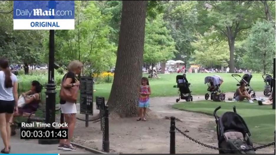 La niña estaba cerca de un árbol donde fue vista por una mujer y se acercó a ayudarla. (Foto: Daily mail)