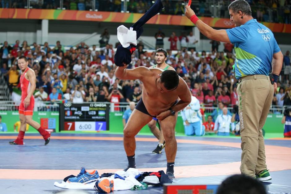 Los entrenadores mongoles se desnudaron para protestar. (Foto: AFP)