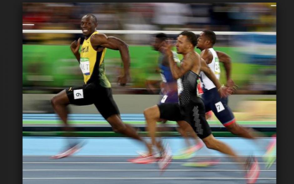 Usain Bolt sonríe antes de llegar a la meta. (Foto: foxsports.com)