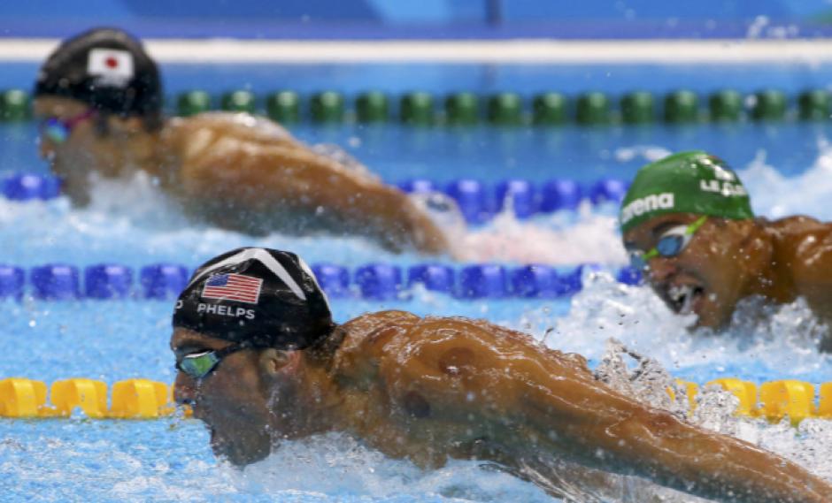El nadador sudafricano Chad Le Clos mira de reojo a Michael Phelps. (Foto: foxsports.com)