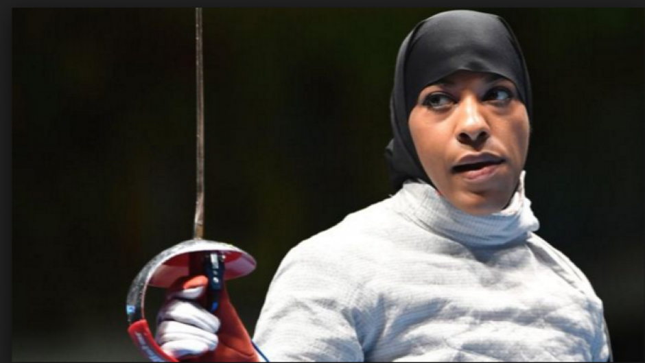 Ibtihaj Muhammad, la primera musulmana de EE.UU. en competir con hiyab. (Foto: foxsports.com)