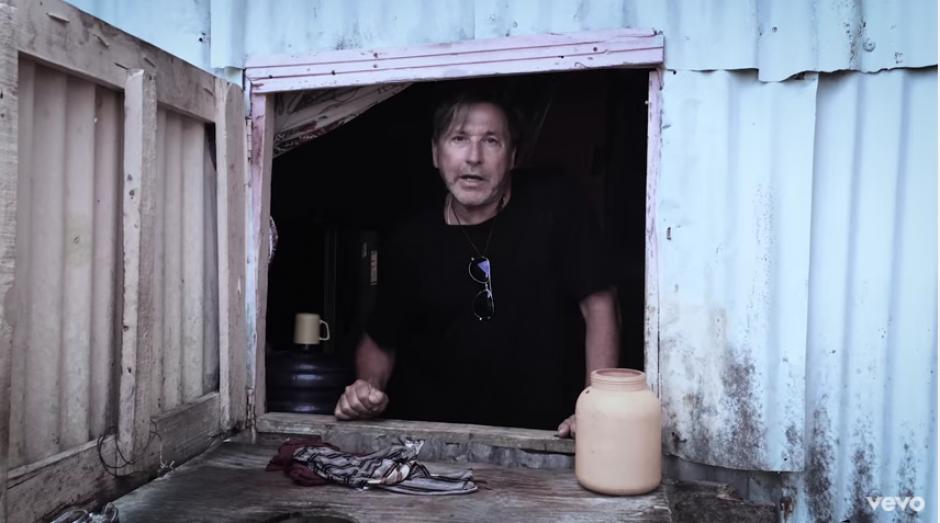 Ricardo Montaner aparece en una casa abandonada por sus dueños. (Captura Youtube)