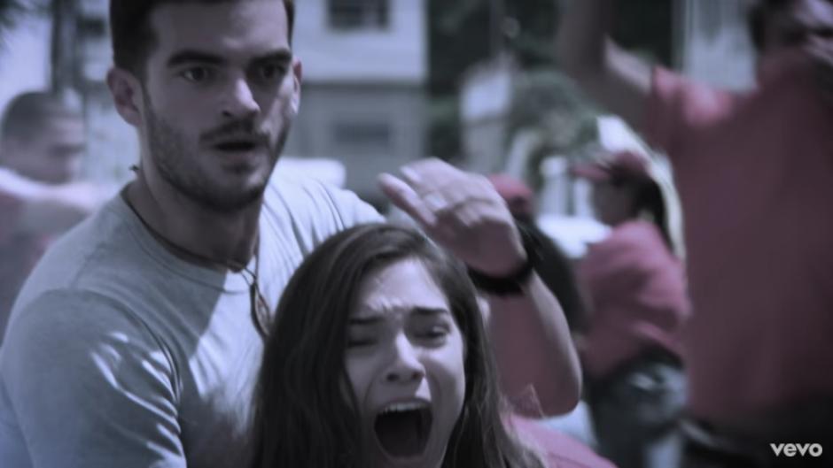 La pareja debe enfrentar un momento muy duro en medio de una pelea callejera. (Captura Youtube)