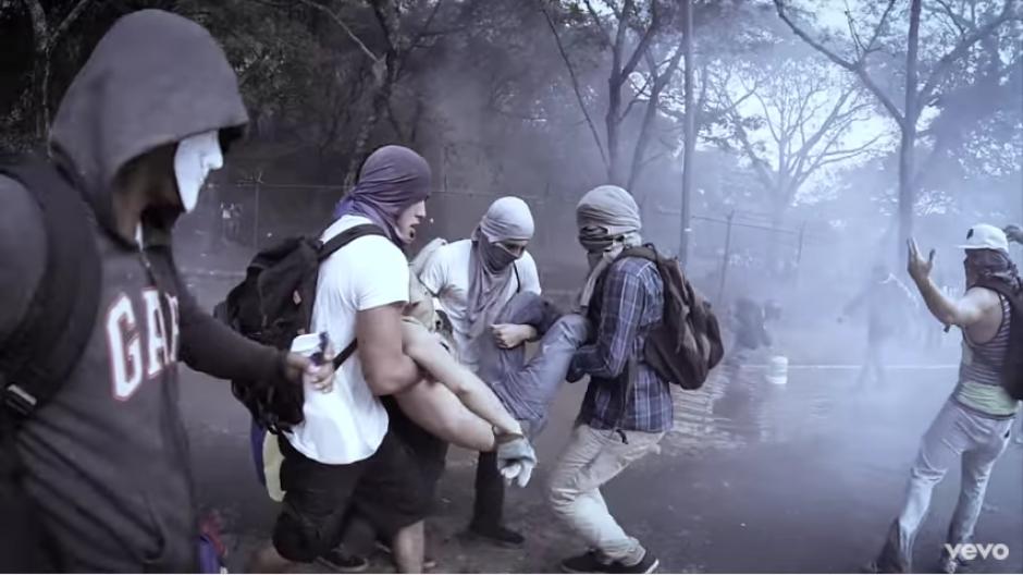 El clip también muestra los enfrentamientos que ha habido en los últimos años en las calles de varias ciudades venezolanas. (Captura Youtube)