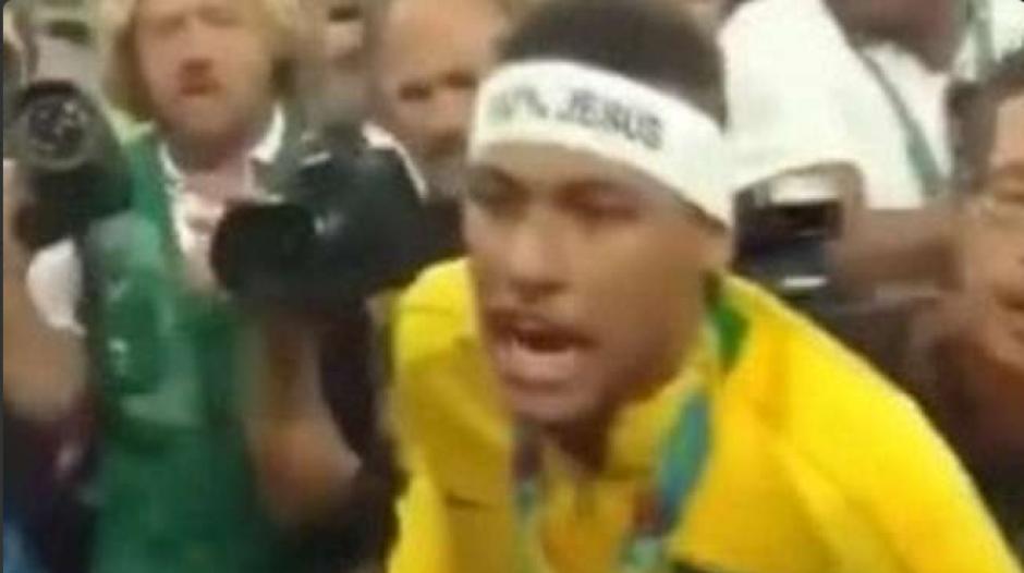 El brasileño estaba muy molesto con el fanático (Foto: AFP)