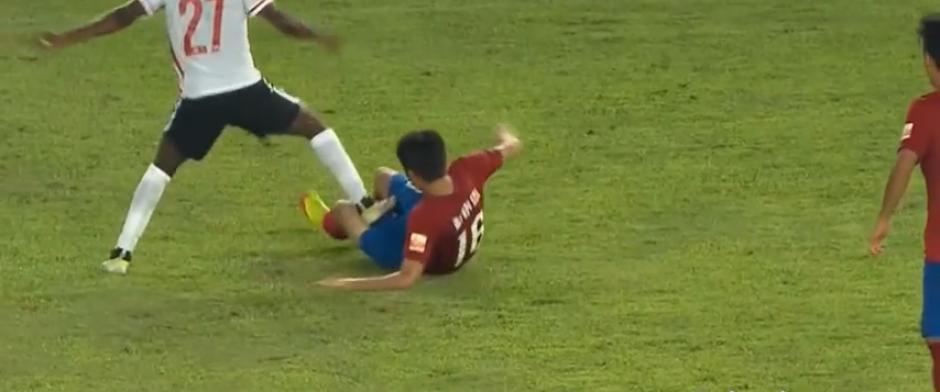 Gervinho pisó así a su rival en el fútbol chino (Imagen: YouTube)