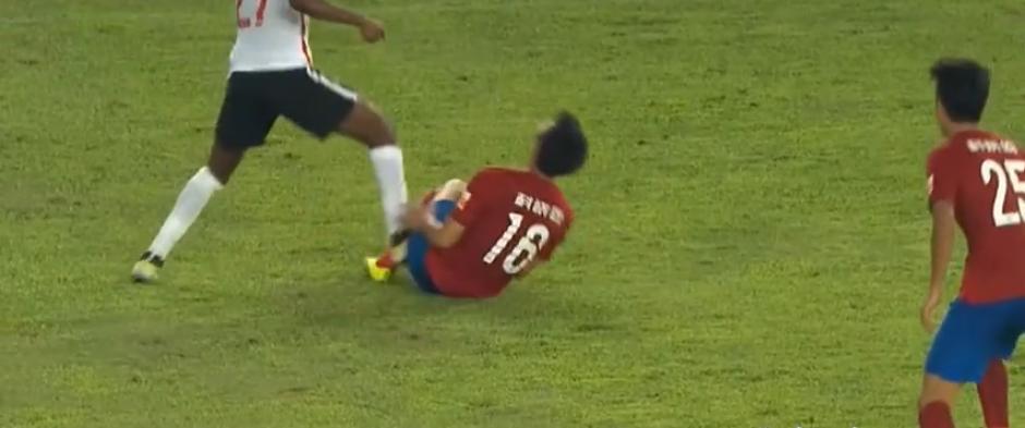 El árbitro lo expulsó sin dudarlo (Imagen: YouTube)