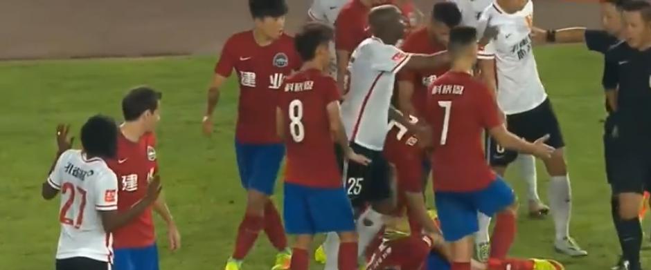 El árbitro tomó la decisión correcta, pese a las protestas (Imagen: Youtube)