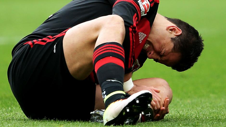 Chicharito estará fuera de la actividad física por lo menos dos semanas. (Foto: sportingnews.com)