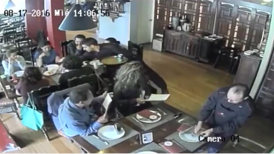 Los ladrones fingen que van a ordenar en el restaurante donde ocurre el robo. (Imagen: captura de YouTube)