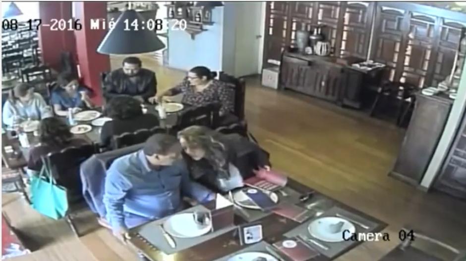 Ellos conversan muy bajito para que no escuchen sus planes. (Imagen: captura de YouTube)