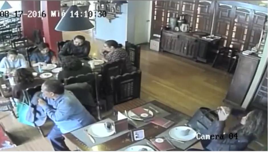 De pronto, el hombre utiliza su saco como camuflaje para sustraer las pertenencias de su víctima sin que nadie lo note. (Imagen: captura de YouTube)