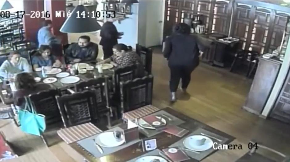 En cuestión de segundos logran su cometido y abandonan el local. (Imagen: captura de YouTube)