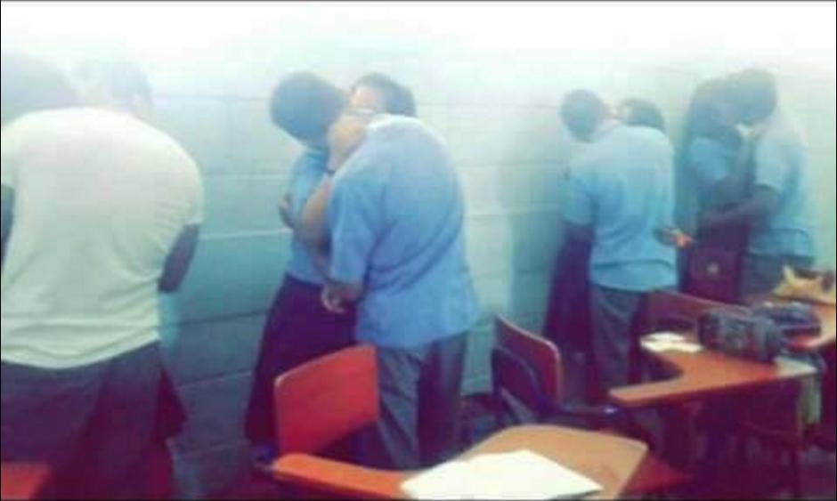 Esta foto fue la que motivó la expulsión de los ocho alumnos. (Foto: Facebook/Noticias de Petén)