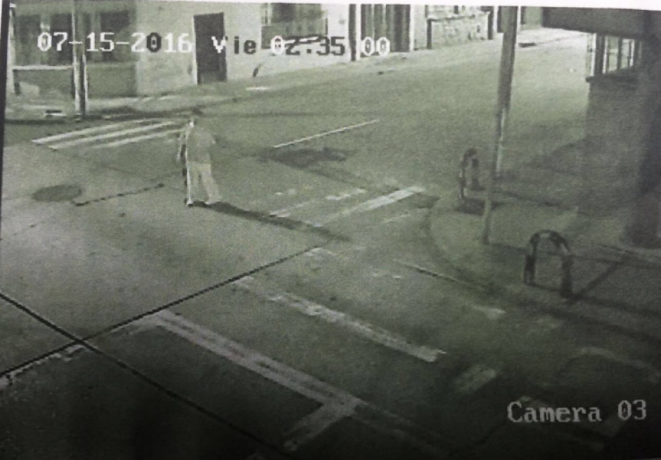 Las imágenes de las cámaras de vigilancia captaron al agresor. (Foto: Twitter/@DanielTzoc_eu)