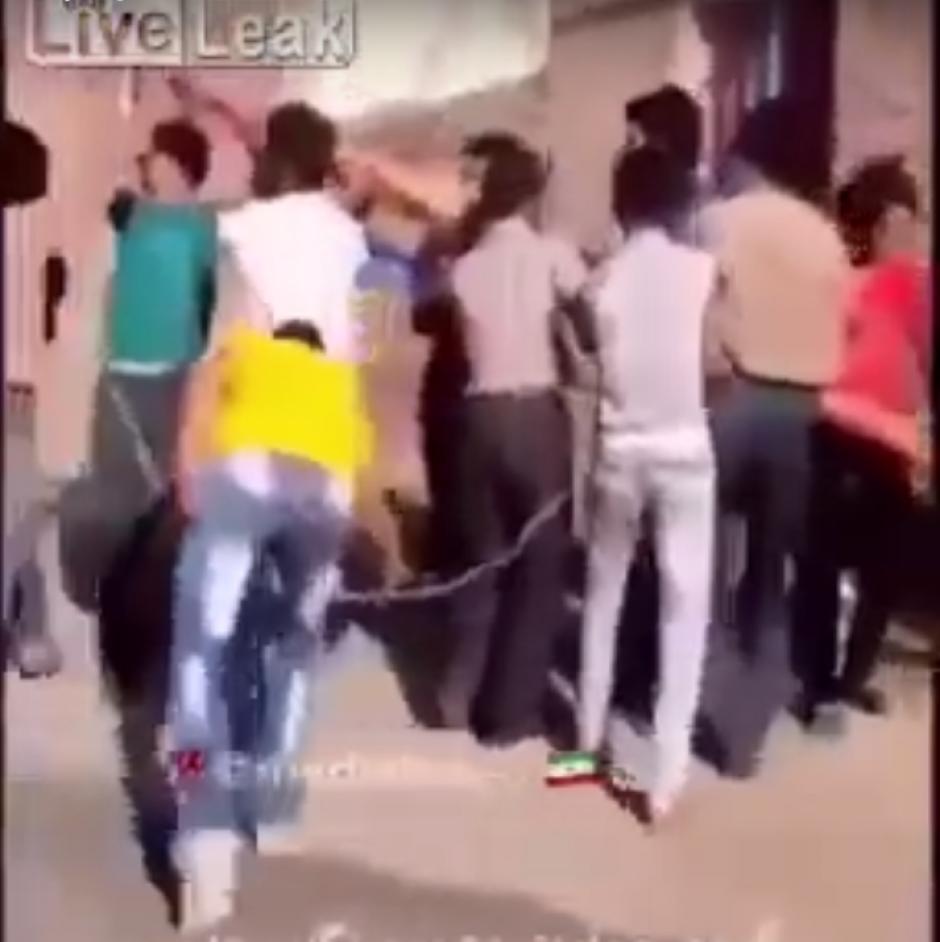El grupo intentó sin éxito, levantar el poste caído. (Imagen: captura de YouTube)