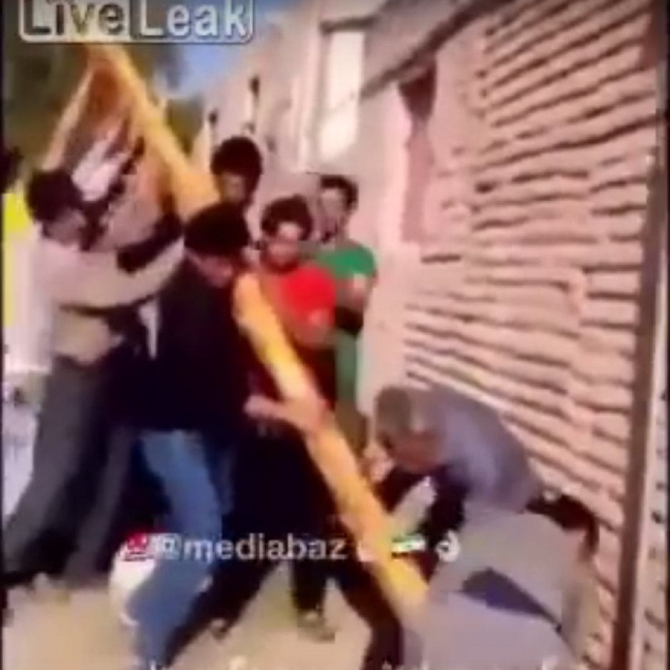 El grupo decidió levantar el poste sin tomar en cuenta el conducto de energía. (Imagen: captura de YouTube)