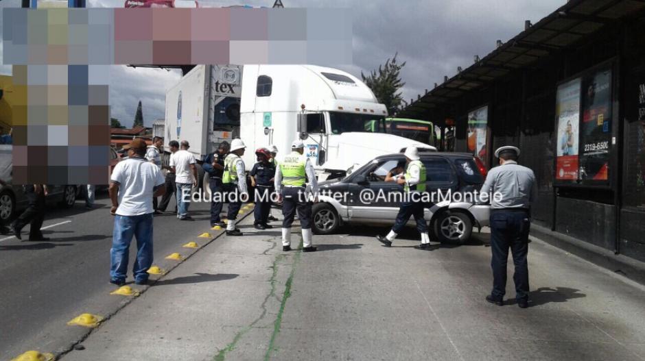 Un tráiler quedó obstruyendo la vía del Transmetro. (Foto: Amílcar Montejo/Twitter)