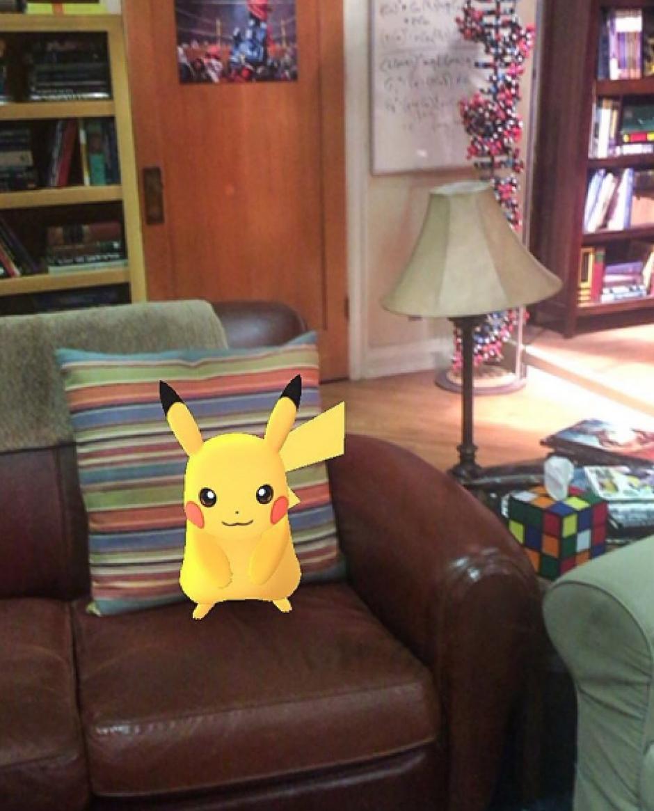 Pikachu se acomoda en el sillón de Sheldon Cooper. (Foto: Instagram/Jim Parsons)