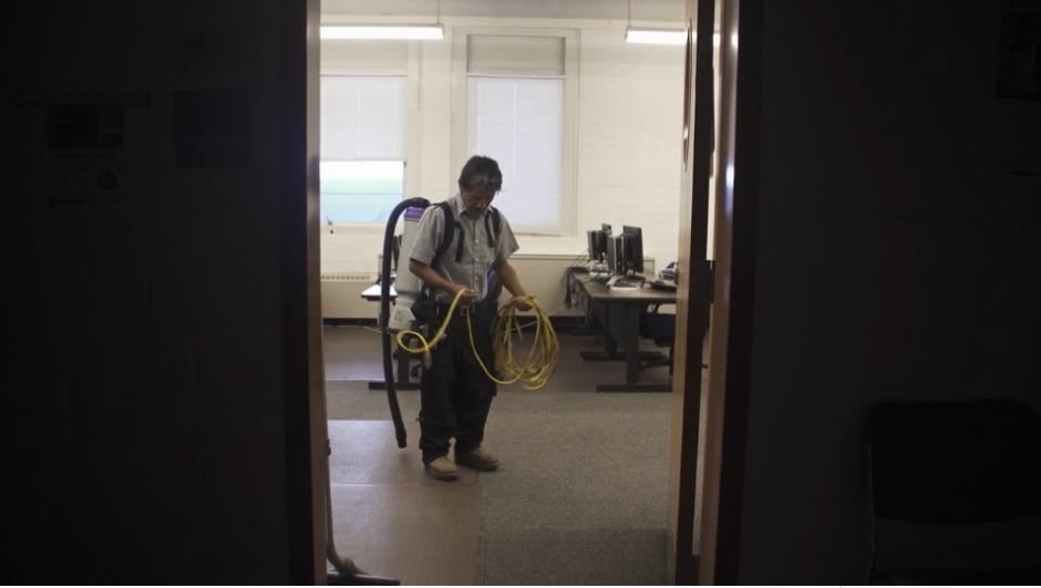 Francisco trabaja como intendente de limpieza y ha sabido sacar adelante a su familia. (Captura Vimeo)
