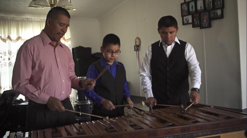 La marimba no podía faltar en la casa de estos guatemaltecos. (Captura Vimeo)