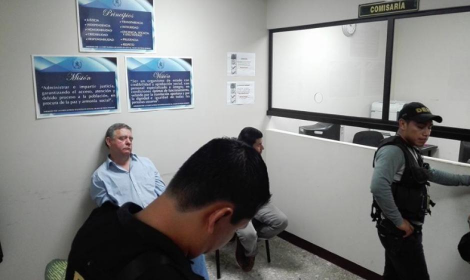 Roitman permanece bajo custodia a la espera de que un paramédico lo atienda. (Foto: Marcia Zavala/Soy502)