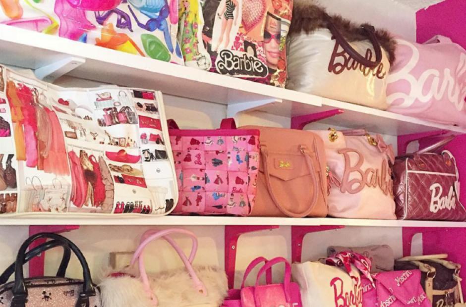 La mujer tiene más de 60 bolsos de Barbie. (Foto: Instagram)