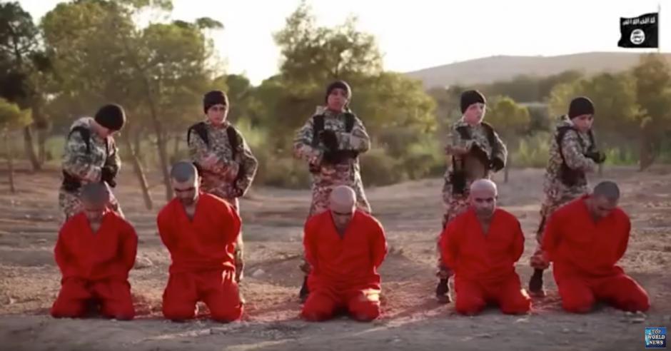 El grupo yihadista Estado Islámico difundió un nuevo vídeo en el que muestra el asesinato de diez personas. (Captura de pantalla: Top World News/Youtube)