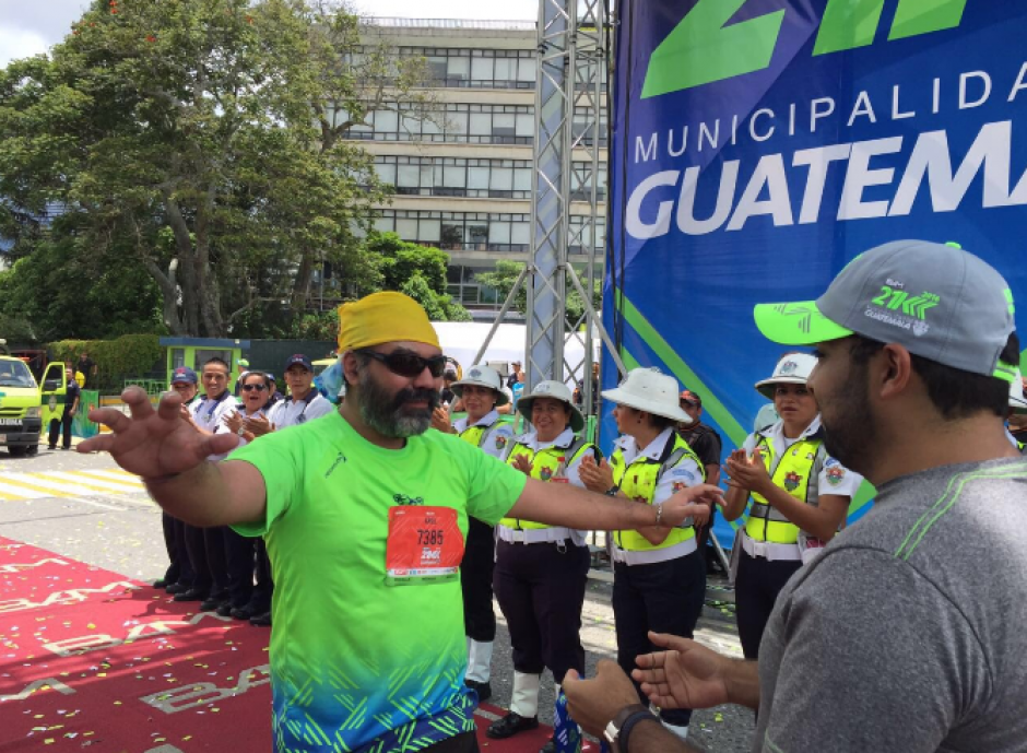 Ariel Rodríguez fue el último en ingresar a la meta a las 12 horas con 28 minutos, haciendo un tiempo de cuatro horas con 28 minutos. (Foto: @21KMuniGuate)