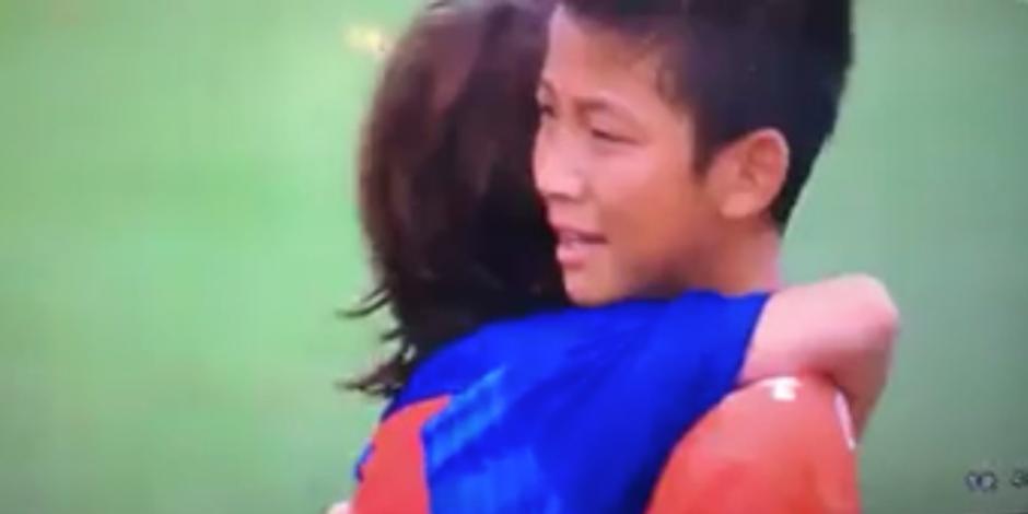 Los pequeños fueron a consolar a sus rivales, que lloraban. (Captura de Pantalla)