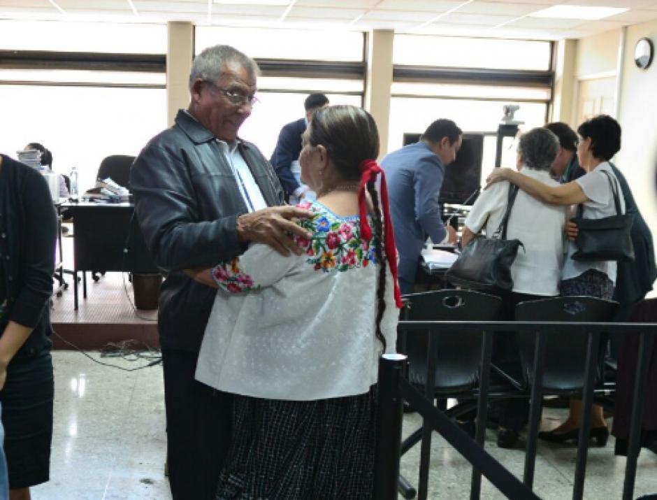 Luego que se suspendiera la audiencia, Lucas buscó a su esposa para darle un beso. (Foto: Wilder López/Soy502)