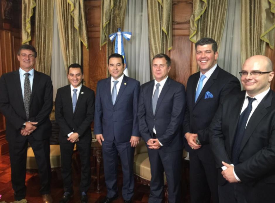 Los presentadores del programa compartieron con el mandatario guatemalteco. (Foto: Twitter/Fuera De Juego)