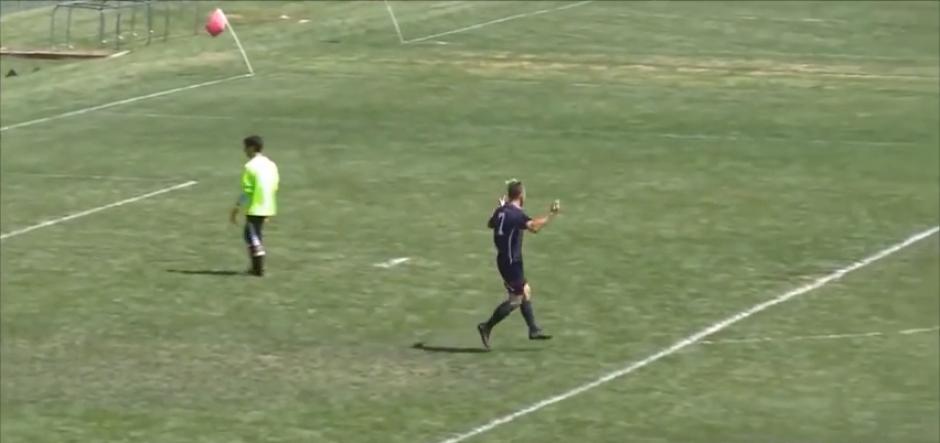 El joven reclama tras percatarse que el árbitro le anuló el gol. (Captura de Pantalla)